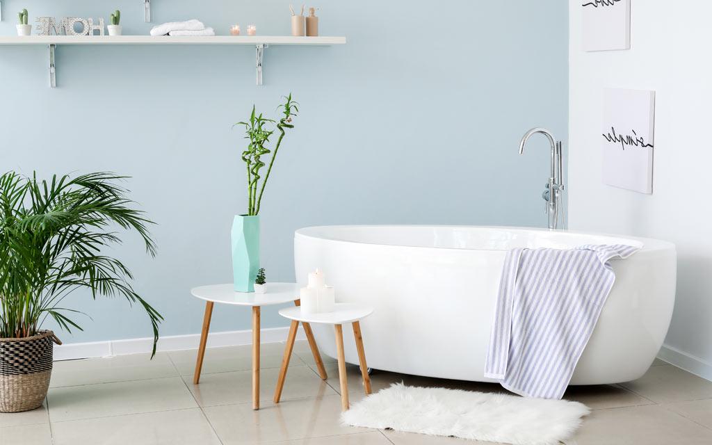 Gefliestes Badezimmer mit freistehender Badewanne