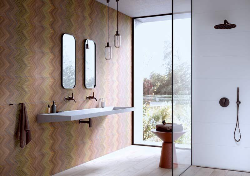 Farbenfrohe Fliesen an der Wand kombiniert zu gedeckten Bodenfliesen