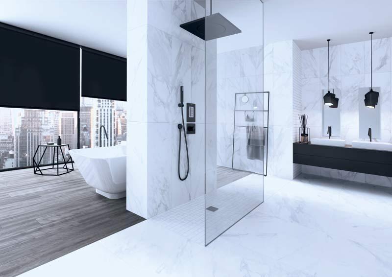 Ansprechendes Badezimmer mit hellen Marmor Fliesen