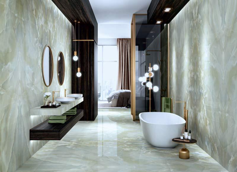 Pompöses Badezimmer mit marmorierten Fliesen