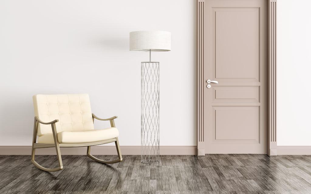 Ruhiger Eingangsbereich mit Fliesen in Holzoptik