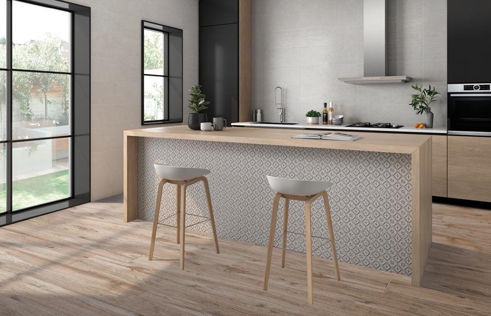 Stilvolle Küche mit Fliesen in Holzoptik