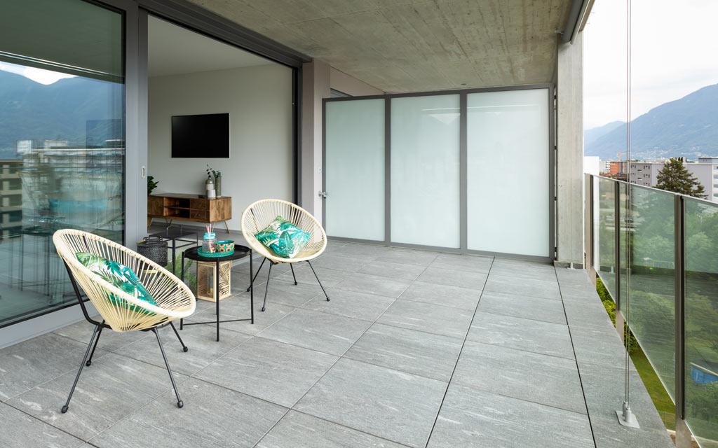 Entspannung und Ruhe auf der Terrasse mit Fliesen in Betonoptik