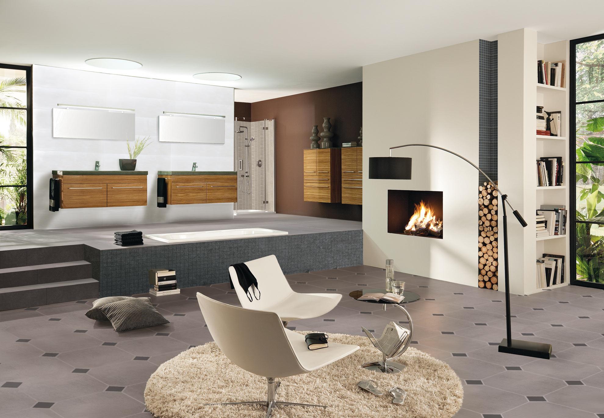 Einladendes Wohnzimmer mit wärmendem Feuer im Kamin